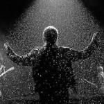 Bono sotto la pioggia