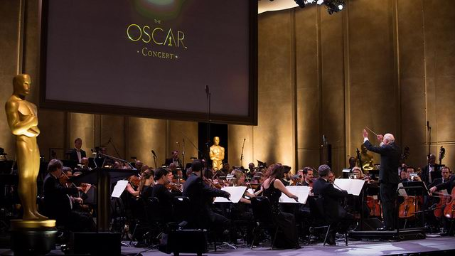 Oscar_Concert_AcademyGovernor_Charles_Fox_conducts_Fanfare